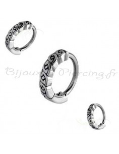 Piercing anneau tribal gravé