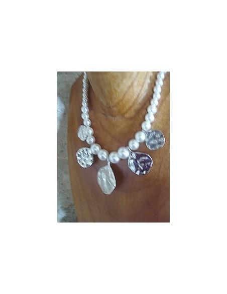 Collier métal martelé et perles blanches